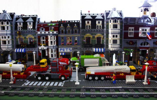 HELDER BARROS: Brinquedos - A brincar com legos desde os primeiros anos de idade, um colecionador de 40 anos da Lourinhã tem a maior cidade lego do país, composta por centenas de milhar de peças montadas ao longo de 20 metros!