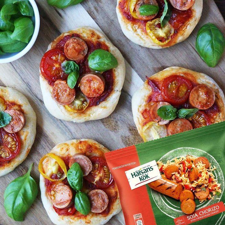Minipizza Pizza med vegetarisk Sojakorv Chorizo, tomater och färsk basilika **Recept: 1 paket Hälsans Kök Soja korv Chorizo, skivad  200g gula/röda körsbärstomater Färsk basilika **Pizzadeg: **Tomatsås: 2 dl krossade tomater 1/2 msk tomatpuré 1 tsk socker 1 vitlöksklyfta 1/2 lök Oregano, salt och pepper efter smak