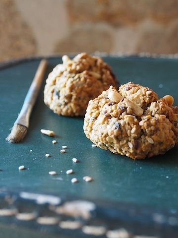 """Pour la pause goûter ou même le petit déjeuner, ces biscuits sans gluten aux graines sont providentiels! Peu sucrés, ils permettent de faire le plein en fibres et vitamines grâce aux petites graines diverses et aux raisins secs. Des biscuits """"diététiquement corrects"""". Incroyable!    Ingrédients :  125 g de »more"""