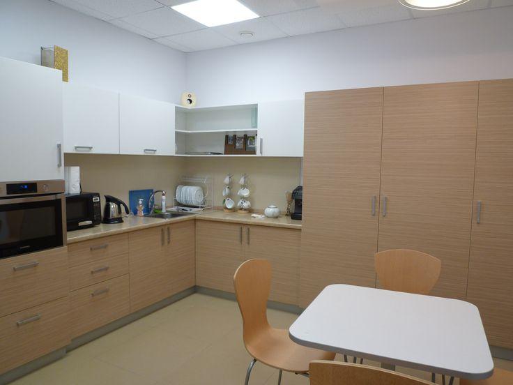 Офисная кухня на заказ со шкафом МОП.