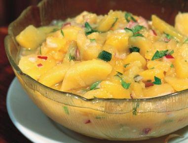 Für den klassischen Erdäpfelsalat nach Wiener Art zunächstdie Erdäpfel mit der Schale kochen. Anschließend schälen und noch warm dünnblättrig in