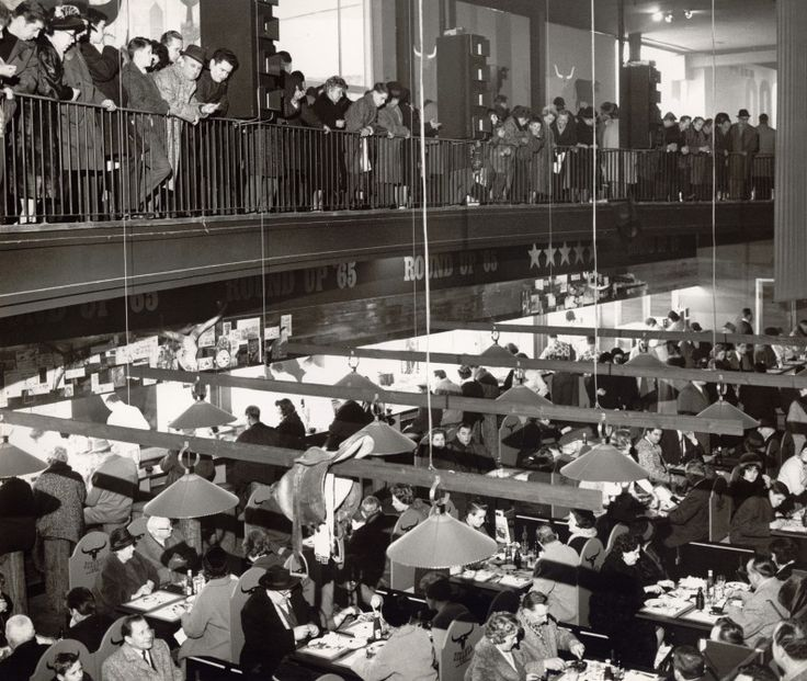 """1965 – Großer Beliebtheit erfreut sich in diesem Jahr das amerikanische Schnellrestaurant in den Räumlichkeiten des Marshall-Hauses auf der Internationalen Grünen Woche Berlin Das ursprünglich nur als temporäre Ausstellungshalle am Sommergarten geplante, aus Mitteln des """"European Recovery Programs"""" finanzierte, """"George-C.-Marshall-Haus"""" war 1950 auf dem Messegelände unter dem Funkturm eingeweiht worden"""