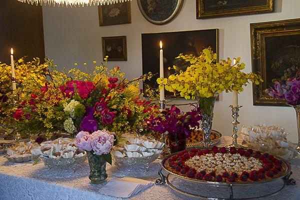 Mesa de doces para um casamento feito em casa. Decoração com peônias rosa claro.