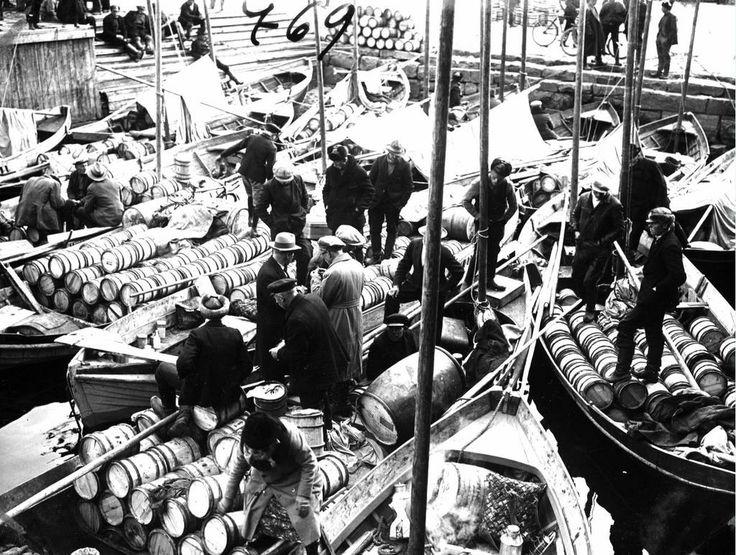 1930 Oulu fall market, people bought herring and bagels. - Oulun syysmarkkinat, ihmiset ostivat silakkaa ja rinkeleitä.