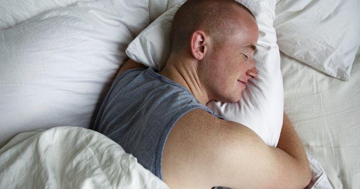 Como restaurar seu ciclo do sono. Dormir é importante, uma vez que ajuda o corpo a lidar com o estresse. O corpo se prepara para dormir à noite secretando o hormônio melatonina na corrente sanguínea, que faz com que o corpo diminua a temperatura e o estado de alerta, de acordo com o site relaxation-at-home.com. Enquanto isso, durante o dia, a luz do sol na verdade previne a ...