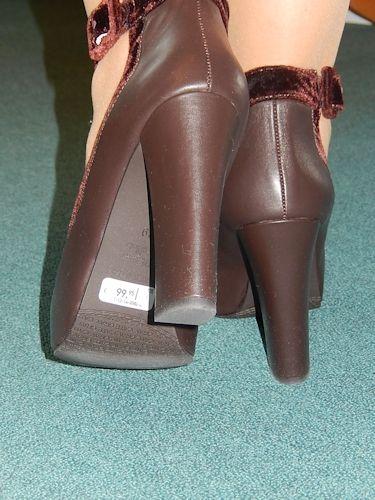 Verräterische Schuhsohlen Bitte nehmen Sie sich vor dem ersten Tragen die Zeit um die Klebeetiketten im Inneren und an den Schuhsohlen zu entfernen. Beim Laufen oder Sitzen blitzen die weißen, gelben und roten Preisetiketten an den Schuhen deutlich hervor und stören so den Gesamteindruck des Schuhs und unseres Outfits. Achten Sie beim Ablösen darauf die Kleberückstände restlos zu entfernen. Sonst bleibt dort der Straßenstaub kleben und sorgt für einen unschönen dunklen Fleck auf der…