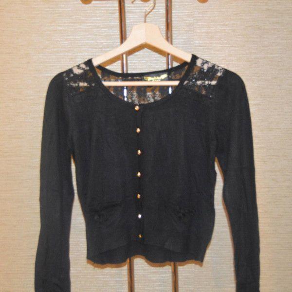 chaqueta color negro con botones dorados y encaje en hombro y espalda con tabla en parte posterior Angeltye - Marketplace MitiendaVIP