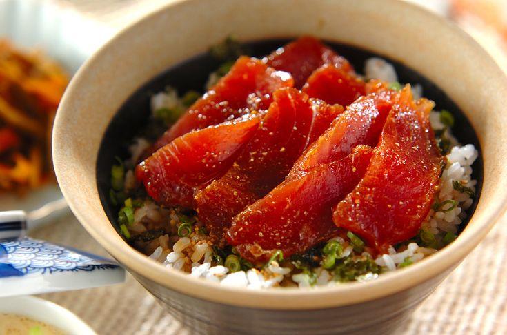 練りワサビを効かせた漬けダレに漬けたマグロを丼に。漬けマグロ丼[和食/ご飯もの(寿司、ご飯、どんぶり)]2012.03.05公開のレシピです。