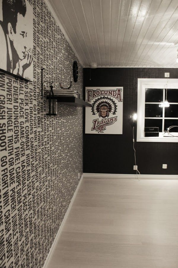 svart och vitt rum, svarta tapeter, måla fönster vita, frölunda indians, tavla, vitt golv, vit parkett, tarkett cotton white, plankgolv, måla taket vitt,