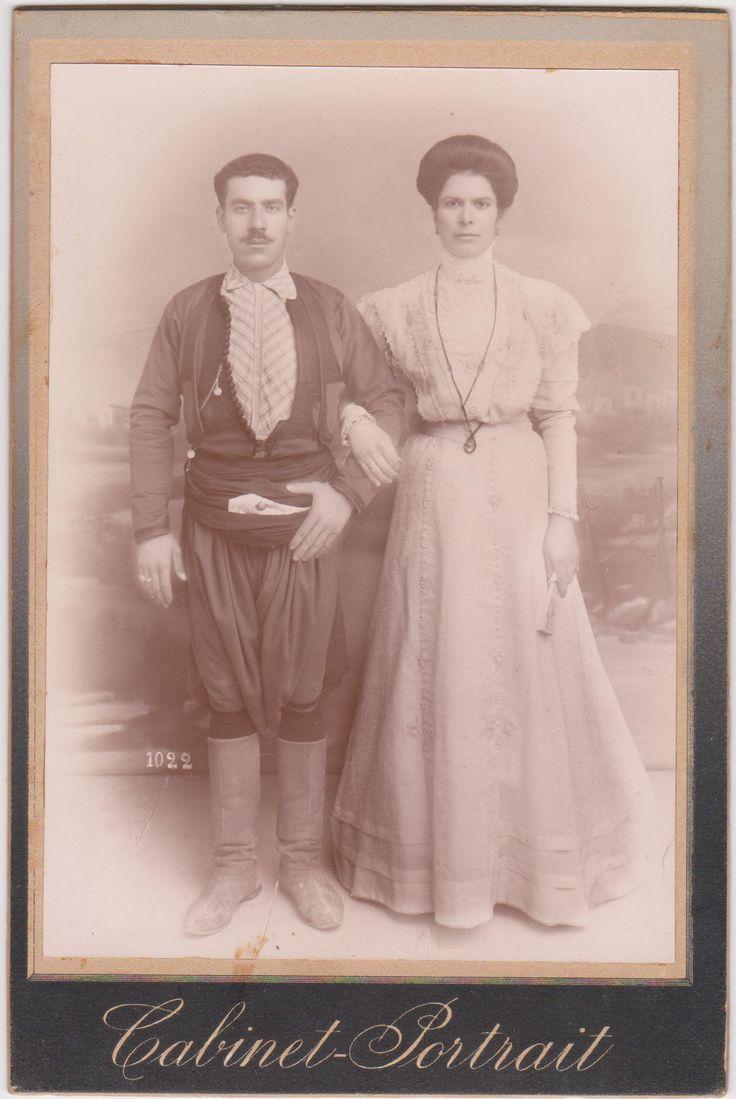 Η γιαγιά μου Τριανταφυλλίτσα Βλαστού, με τον σύζυγό της Σταμάτη Διαμαντάκη, σε νεαρή ηλικία. Η Τριανταφυλλίτσα ήταν ένα από τα 8 παιδιά του Βασίλη και της Τριανταφυλλιάς Βλαστού.
