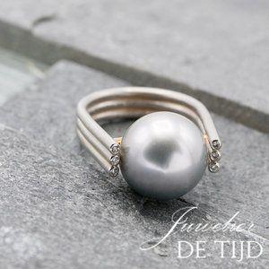 Platina met 18 karaats geel gouden Zuidzee parel ring met 3 briljant geslepen diamanten. Prijs op aanvraag.