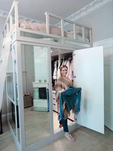Walk-in-garderobe med seng montert over garderoben kan stå fritt eller integreres i rommet.  Madrassmål på 2 x 1,6 meter gir et tilleggsareal på 3,2 meter. Det kan øke verdien på en liten leilighet.  Når enheten er dekket med speil, ser det ut som om den ikke fortrenger areal i rommet.  Denne enheten har vitrineskap på kortenden. Den er tegnet av familiefirmaet Gustavian AS. Bokhyllespesialisten har bygget den. Asker glass har levert speilene.  En tilsvarende sengeenhet fra Gustavian AS vil…