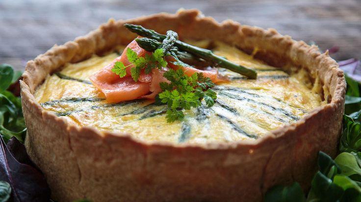 Pai med røkelaks, asparges og västerbottenost