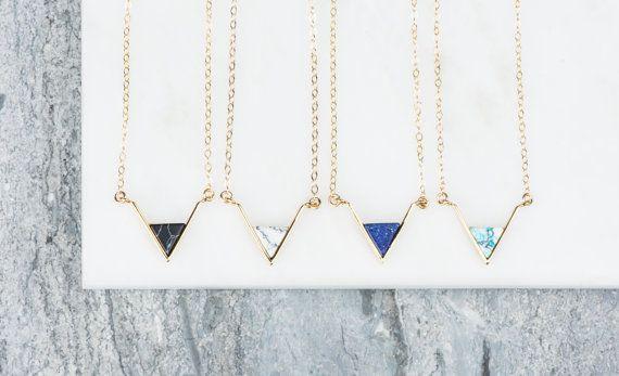 Blauwe V ketting in goud, Stone gemarmerd Mint en blauwe gelaagdheid ketting, zwart marmeren sieraden eenvoudig, sierlijk driehoek halsketting blauw