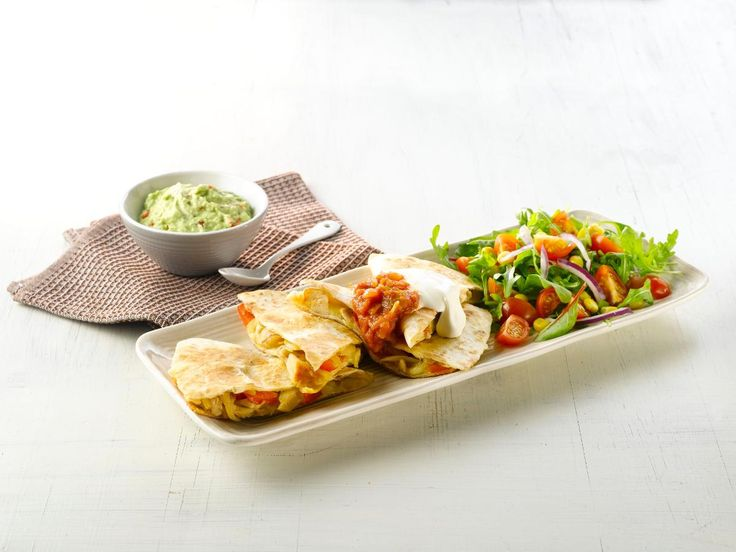 Quesadillas er tortillaer fylt med ost. Varianten med kylling er en enkel og veldig god middag som hele familien vil sette pris på.