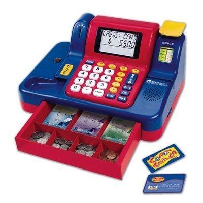 Jouez au propriétaire de magasin grâce à cette caisse enregistreuse interactive, sonore, parlante et lumineuse. Comprend des dollars canadiens, un lecteur, une balance et une fente pour la monnaie; volume réglable. Favorise l'apprentissage de concepts mathématiques comme l'addition, la soustraction et la reconnaissance de la monnaie. L'interrupteur automatique aide à économiser les piles et invite les enfants à jouer de nouveau. Fonctionne sur trois piles C, non incluses.