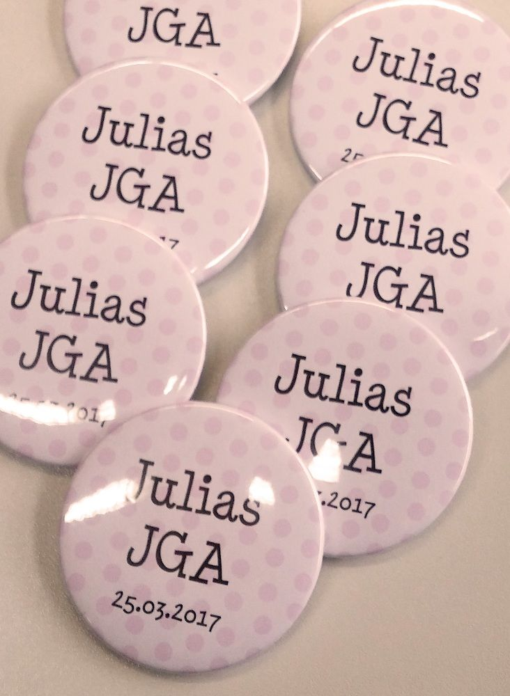 Personalisierte JGA-Buttons mit Namen und Datum sind eine tolle Idee und Andenken für den Junggesellinnenabschied! Dazu gibt es in unserem Shop auch den dazu passenden Braut-Button. Jetzt bestellen!