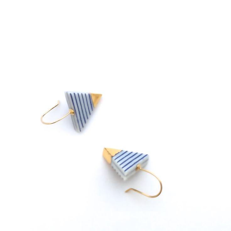 Pendientes porcelana azul oro blanco, azul rayas blancas, joyería de cerámica, pendientes de náuticas, triángulo pendientes, pendientes de verano, OeiCeramics de OeiCeramics en Etsy https://www.etsy.com/es/listing/247589945/pendientes-porcelana-azul-oro-blanco