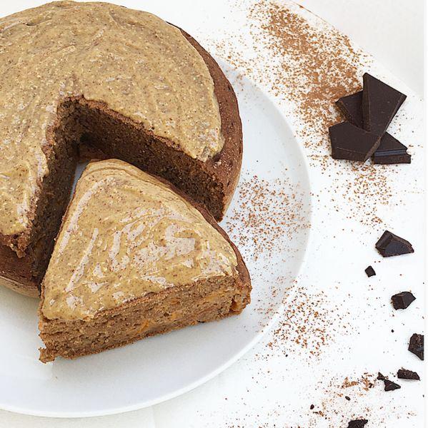 Pancake al cacao e cocco con albicocche e burro d'arachidi. - Fluffy