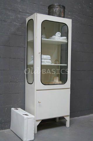 Apothekerskast Retro 10055 - Industriëleijzeren apothekerskast in een witte kleur. Om het glas zit een zwarte rubberen rand, dit geeft de kast een stoere look. Erg leuk om in de badkamer te zetten!