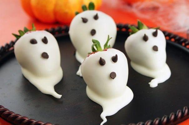 Para preparar esta receta, sólo necesitarás fresas, una bandeja para hornear, papel encerado, chocolate blanco derretido y chocolate amargo. #Cocina #Recetas #Halloween