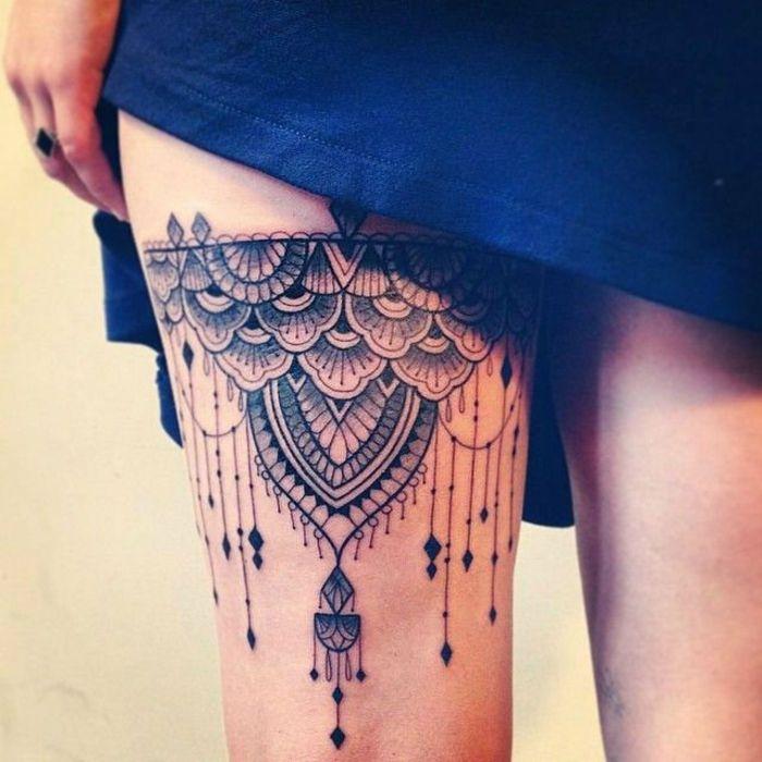 tatouage dentelle, porte jartelle sexy à la cuisse féminine, plusieurs pendentifs