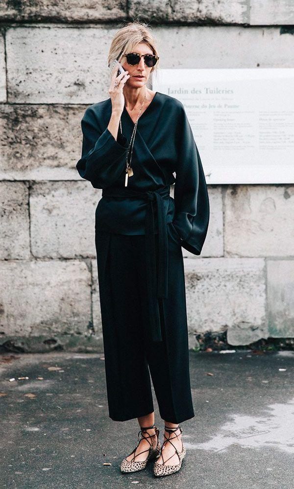 Street style look kimono fechado calça preta e sapatilha.