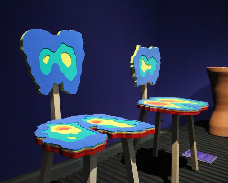 """Sillas de la serie """"Cloning"""" de 5.5 Design Studio, 2008. La serie de muebles y objetos de esta colección es un proyecto que investigó la posibilidad de crear piezas cuya estética está hecha a imagen y semejanza del usuario, a partir de sus características físicas: el color de los ojos, la radiografía de  los huesos, la forma del cuerpo o del cráneo, etc."""