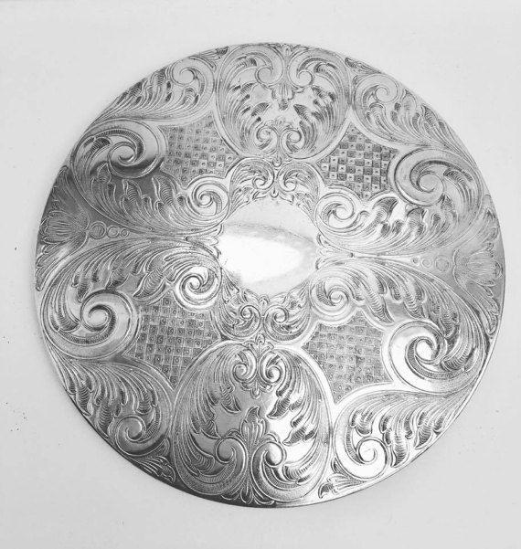 """Vijf grote vintage gegraveerd Silver Plated onderzetters hete plaat onderzetters midden van de eeuw  Materiaal: Zilver verguldLeeftijd: Midden van de eeuwOorsprong: EngelandMooie vijf vintage gegraveerde zilveren vergulde onderzetters hete plaat onderzetters zijn was een populaire huwelijksgeschenk over de 50s gemaakt In Engelandprachtig gemaakt in Engeland zilver vergulde onderzetters met kurk terug. Gemarkeerd """"zilverplaatje Made in Engeland"""" op het honk en maatregelen ronde…"""