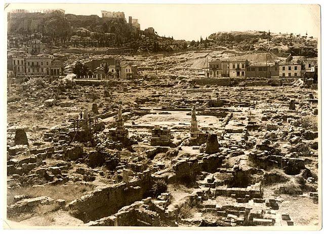 φωτογραφία της Ακρόπολης, τραβηγμένη απο το ύψος της σημερινής πλατείας του Θησείου, μετά τα μέσα του 19ου αι. Το 1880 κατεδαφίστηκαν τα μπροστινα κτίρια και χαράχθηκε η οδός αποστόλου Παύλου που σενέδεε το Μοναστηράκι με τη συνοικία του Μακρυγιάννη.