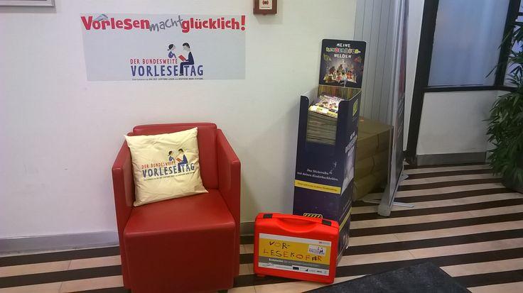 Leseförderung bei der Bahn, wie hier in der Stuttgarter DB Lounge und Werbung für den bundesweiten Vorlesetag am 3. Freitag im November, 2014 am 21.11.; mehr in unserem Beitrag  http://www.familienklick.de/news/5219; Foto: Familienklick