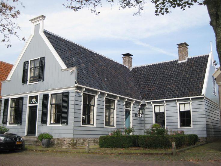 Houten huis met L-vormige plattegrond in Broek in Waterland | Monument - Rijksmonumenten.nl