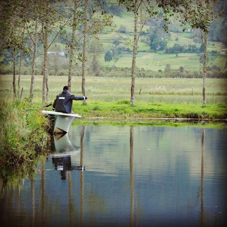 De pesca en La Cocha, Nariño.