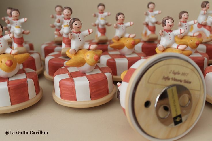 ceramic music boxes personalized with the name and the date of the baptism. Used as bonbonnière.