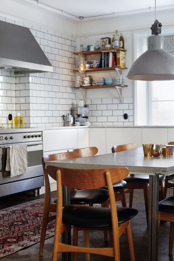 white subway tile + metal pendant in modern vintage kitchen via Sköna hem