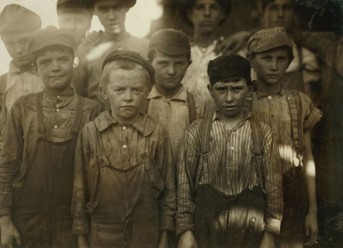 Child mill workers at Avondale Mills, Birmingham, 1910.