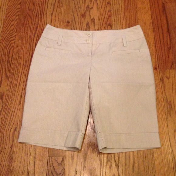 "Joe Benbasset BermudaShorts Khaki/White Bermuda Shorts. 11"" inseam. Material feels like a dress pant. Has belt loops & 2 tiny front pockets w/ cuffs. Like new condition.😉 Joe Benbasset Shorts Bermudas"