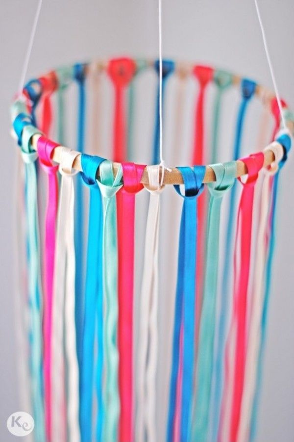 A Kiss of Colour-DIY 26-Decoracion colgante de lazos-Ribbon chandelier-04
