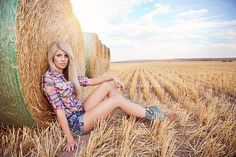 Cowgirl Senior Picture Ideas | High School Senior Portrait Feature | NicoleLee Photography