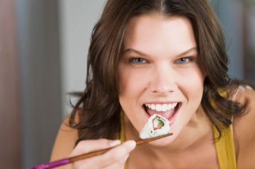 woman-eating-sushi-picture-id89801226 (506×336)