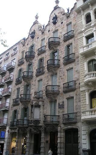 Casa Calvet  -  дом  Кальвет,  Барселона Арх.  Гауди  1898 - 1900. Всемирно известный каталонский архитектор Антонио Гауди – представитель арт деко в архитектуре.