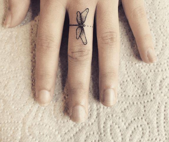 tatouage doigt libellule