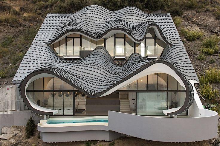 Ein Blick auf dieses Haus, und man meint, einem dreiäugigen Seeungeheuer in die Fratze zu blicken – wir können ohne viel Vorwissen festhalten, dass die verantwortlichen Architekten hier einen ganz besonderen Auftrag umgesetzt haben. Das Casa del Acantilado