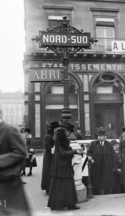 Entrée métro de Paris Compagnie Nord-Sud , 1918 . Non loin de la Place de la Madeleine?