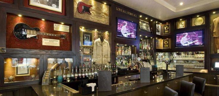 EETCULTUUR Het Hard Rock Café is een van de bekendste restaurants. Het eerste Hard Rock Café is begonnen in Londen ongeveer 45 jaar geleden. Op hun menu staat vooral fastfood maar wel op een niveau gemaakt. Het is eigenlijk ook een mini museum van de muziek van vroeger. De gitaren  van  Chuck Berry, citaten van de Beatles, de kleding van Elvis.