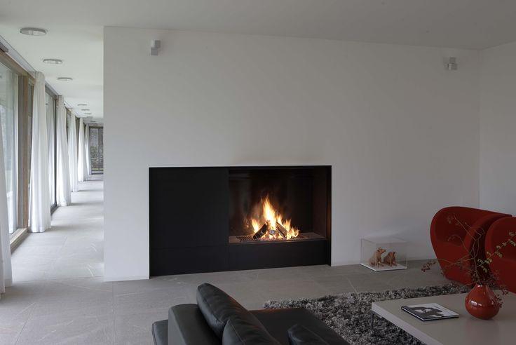 Cheminée contemporaine avec large foyer bois designed by Metalfire http://atryhome.com #cheminée #atryhome #design #metalfire #contemporaine #moderne #cheminées #installation #frenchriviera #surmesure #bois #feu #foyer #insert #vitre