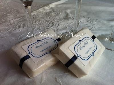 Jabón artesano envuelto en papel decorado, con cinta y etiqueta personalizada a juego.