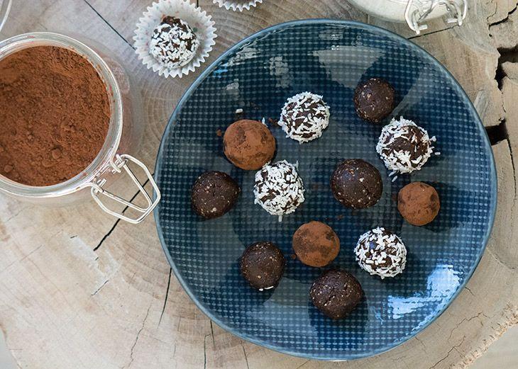 Sunde og lækre dadelkugler af dadler og kakao, som smager helt vildt godt og er nemme at lave - sund konfekt til jul og hele året - få opskrift her
