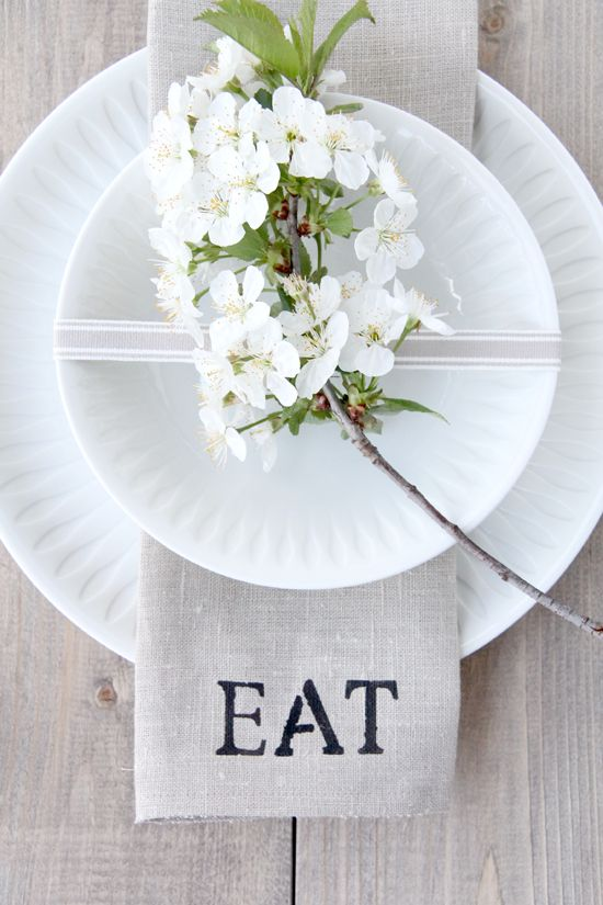 .: Tables Sets, Linens Napkins, Dinners Parties, Placeset, Flowers, Napkins Ideas, Places Sets, Paper Plates, Clothing Napkins