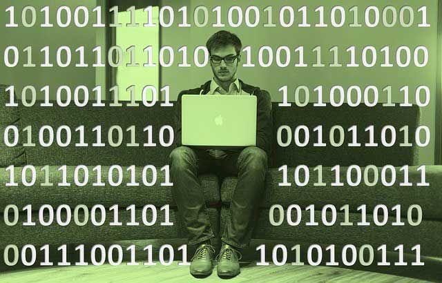 La asignatura de informática en el sistema educativo de diferentes países Vivimos en la era de la sociedad digital, hoy en día la mayor parte de nuestra actividad se desarrolla en entornos virtuales; ordenadores, dispositivos móviles, televisores y relojes inteligentes y una gran variedadde gadgets tecnológicos que nos ayudan a estar mejor conectados y